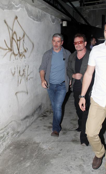 Bono pourchassé par des anarchistes