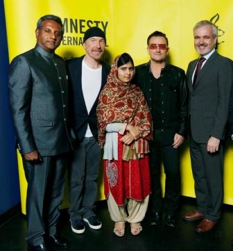 Bono remet un prix Amnesty International à la jeune Malala