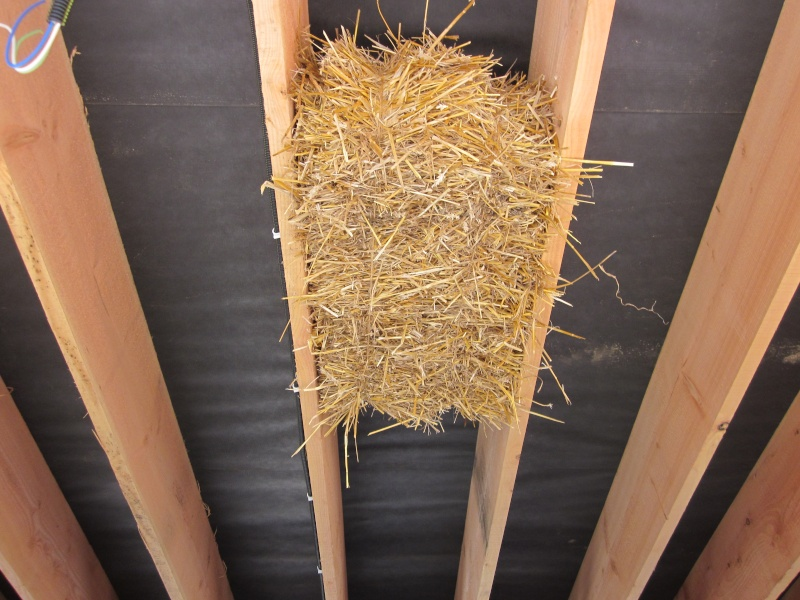 isolation toiture par dessous en paille et chaux. Black Bedroom Furniture Sets. Home Design Ideas